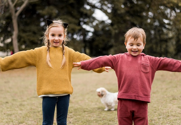 Widok z przodu buźki dzieci bawiące się