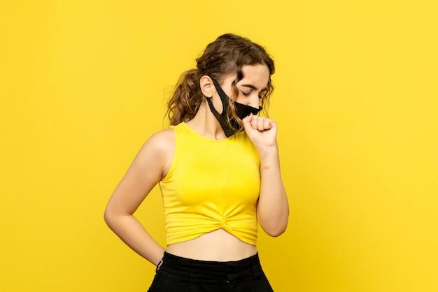 Widok z przodu całkiem kobiet kaszel na żółto