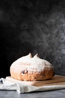 Widok z przodu chleb na deskę do krojenia