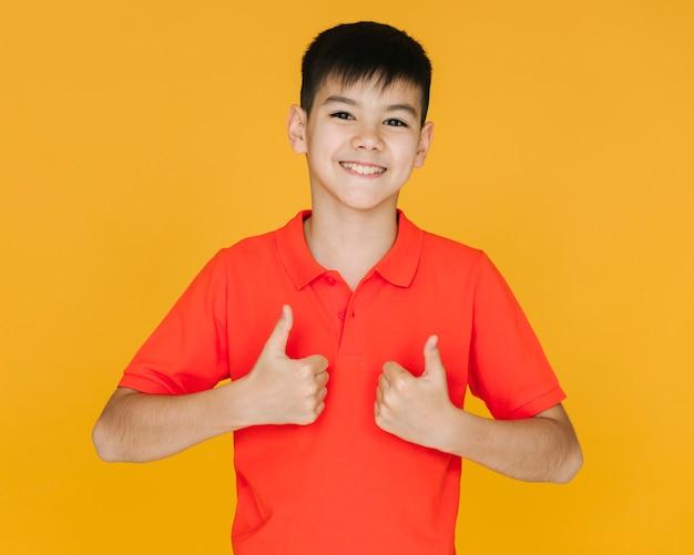 Widok z przodu chłopca dając znak podobny