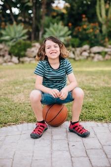 Widok z przodu chłopca siedzącego na piłkę