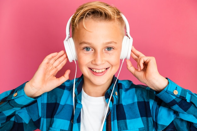 Widok z przodu chłopiec słuchania muzyki w słuchawkach