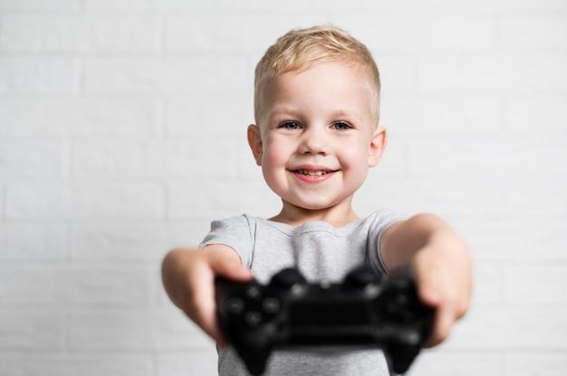 Widok z przodu chłopiec trzyma nieostre kontrolera