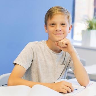 Widok z przodu chłopiec w klasie
