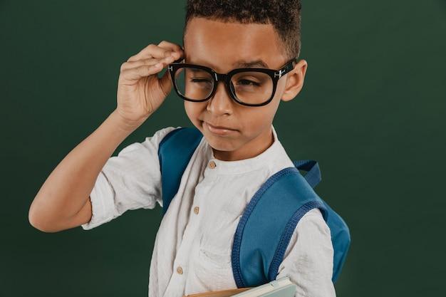 Widok z przodu chłopiec w okularach do czytania