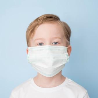 Widok z przodu chłopiec z maską
