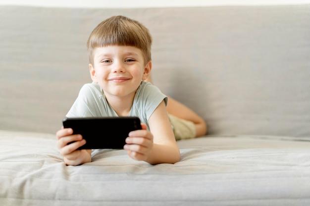 Widok z przodu chłopiec z smartphone