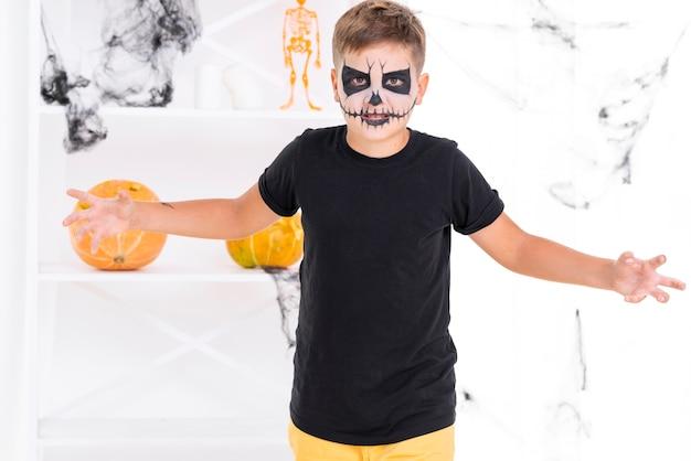 Widok z przodu chłopiec z twarzą malowaną na halloween