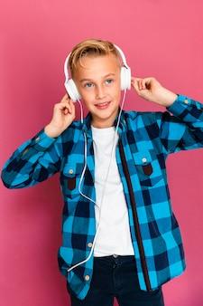 Widok z przodu chłopiec ze słuchawkami