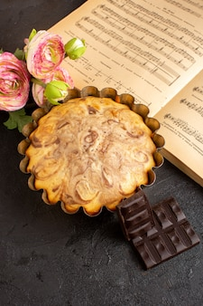 Widok z przodu choco ciasto wewnątrz patelni ciasto wraz z batonami choco słodkie pyszne ciasto piekarnicze ciasto słodycz