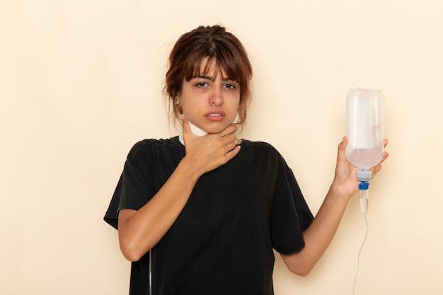 Widok z przodu chora młoda kobieta czuje się bardzo chora i używa zakraplacza na jasnej białej powierzchni