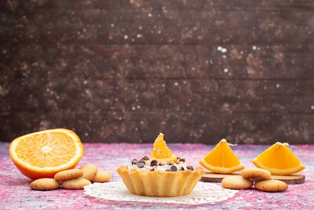 Widok z przodu ciasteczka i ciasto z pomarańczowymi plasterkami na kolorowej powierzchni ciastko biszkoptowe ciasto słodkie