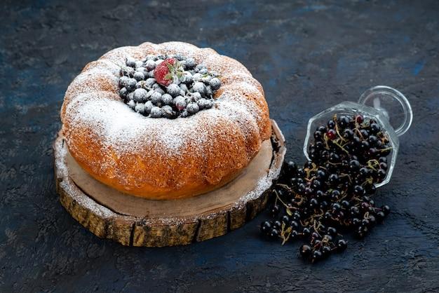 Widok z przodu ciasto owocowe pyszne i okrągłe uformowane ze świeżym niebieskim, jagodami na ciemnym, ciastko ciastka słodkie cukier
