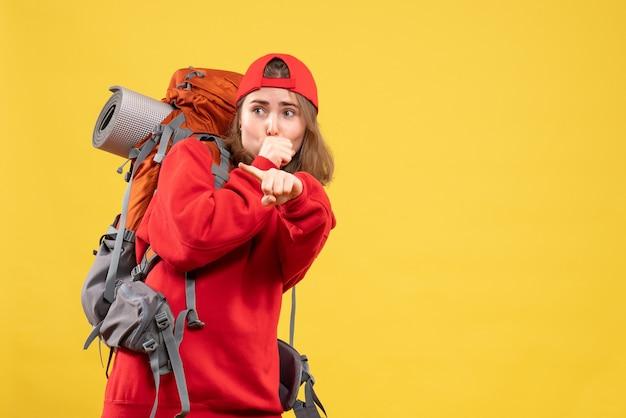Widok z przodu ciekawa podróżniczka kobieta w czerwonym plecaku patrząc na coś