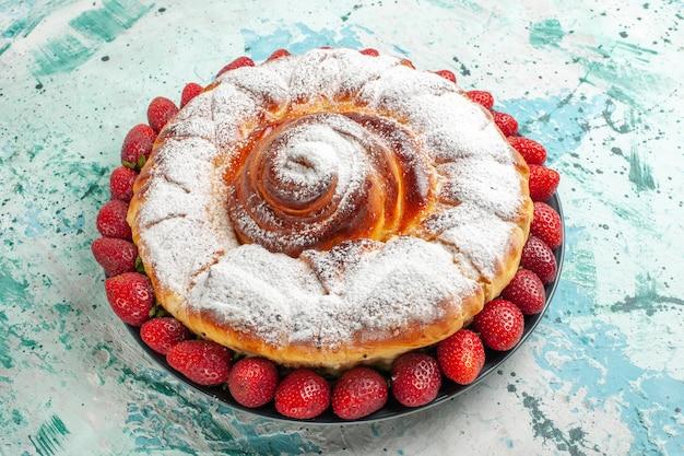 Widok z przodu cukru pudru ciasto ze świeżymi czerwonymi truskawkami na jasnoniebieskiej powierzchni ciasto biszkoptowe ciasto upiec cukier słodkie ciasteczko