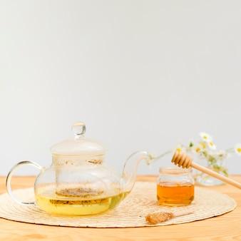 Widok z przodu czajniczek i słoik miodu