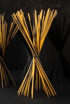 Widok z przodu czarnych i regularnych pakietów spaghetti