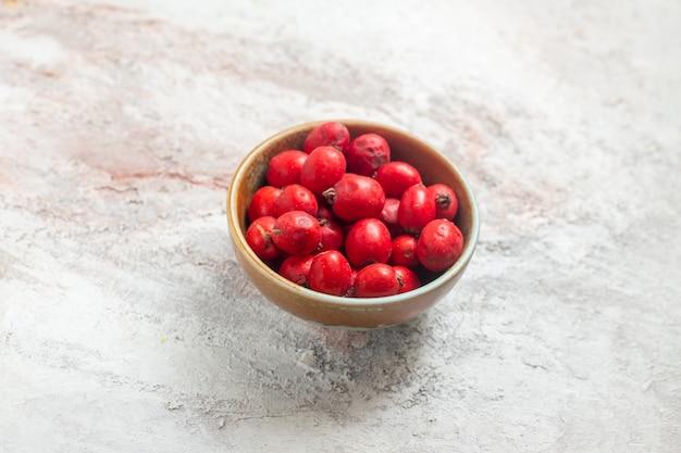 Widok z przodu czerwone jagody wewnątrz płyty na białym tle