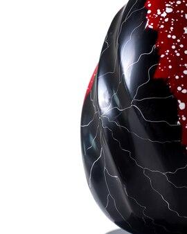 Widok z przodu czerwony czarny jajko na białym biurku