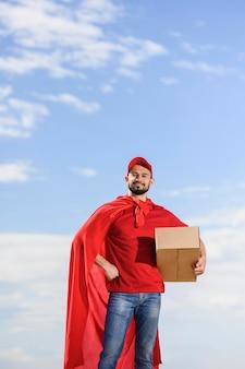 Widok z przodu człowiek dostawy noszenie peleryna superbohatera