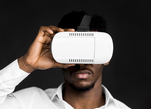 Widok z przodu człowiek nosi zestaw słuchawkowy wirtualnej rzeczywistości