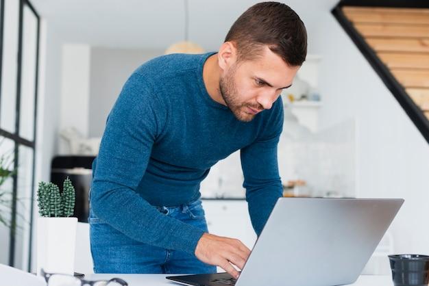 Widok z przodu człowiek pracuje na laptopie