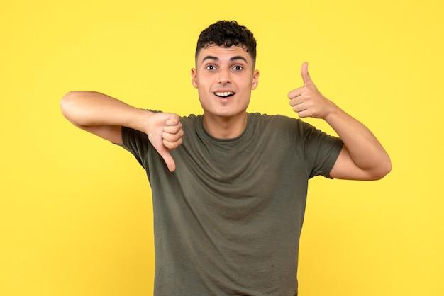 Widok z przodu człowiek szczęśliwy uśmiechnięty mężczyzna trzyma kciuki w górę iw dół