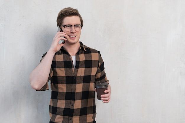 Widok z przodu człowiek w okularach rozmawia przez telefon