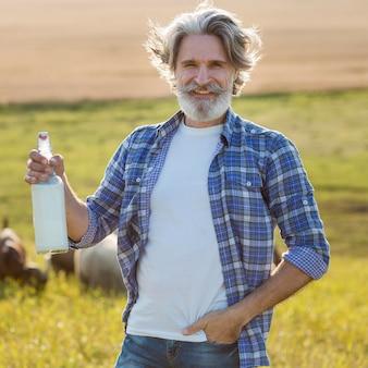 Widok z przodu człowiek z butelką koziego mleka