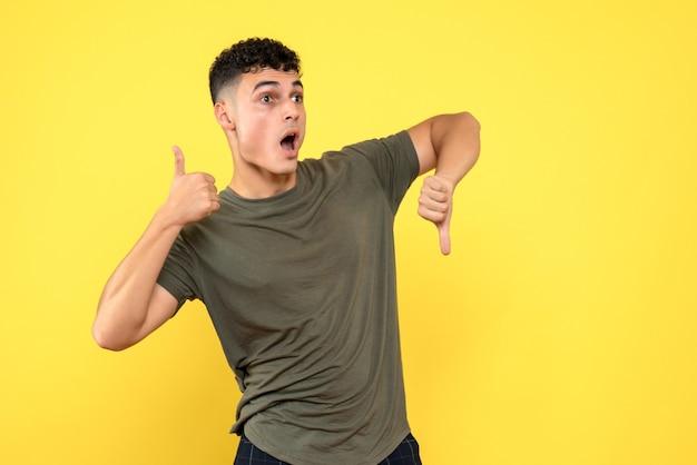 Widok z przodu człowiek zaskoczony mężczyzna trzyma kciuki w górę iw dół