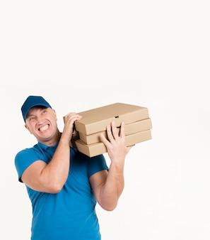 Widok z przodu człowieka dostawy niosąc pudełka do pizzy