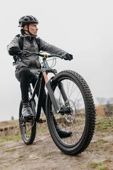 Widok z przodu człowieka na rowerze w górach