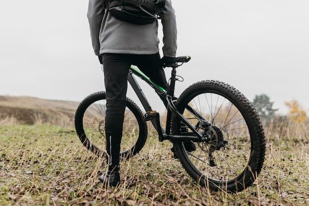 Widok z przodu człowieka na rowerze