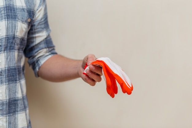 Widok z przodu człowieka posiadającego parę rękawiczek
