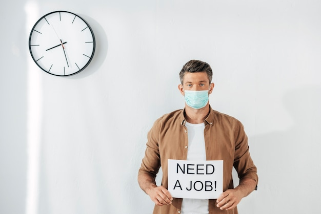 Widok z przodu człowieka potrzebującego pracy
