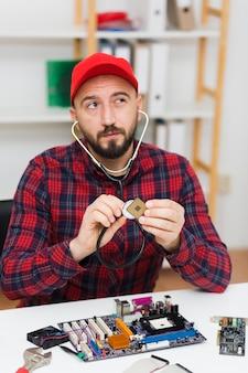 Widok z przodu człowieka rozwiązywania problemów z elementami komputera
