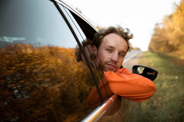 Widok z przodu człowieka w samochodzie na wycieczkę samochodową
