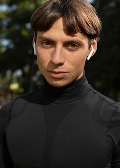 Widok z przodu człowieka w sportowej odzieży i na zewnątrz słuchawek