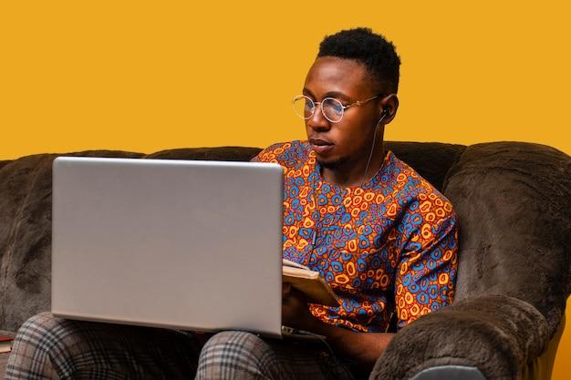 Widok z przodu człowieka z laptopem z miejsca na kopię