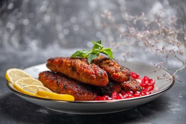 Widok z przodu długie kotlety mięsne z cytryną i granatem