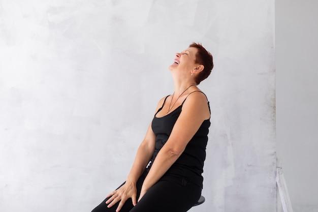 Widok z przodu dojrzała kobieta się śmiać