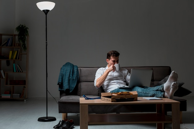 Widok z przodu dorosły mężczyzna biorący przerwę w pracy