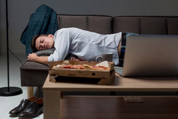 Widok z przodu dorosły mężczyzna śpi na kanapie