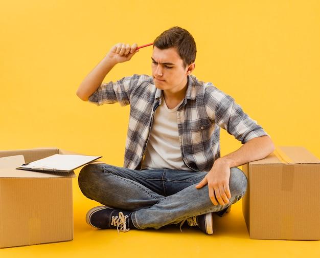Widok z przodu dostawa mężczyzna sprawdza listę paczek