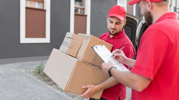 Widok z przodu dostawy człowieka z packagaes