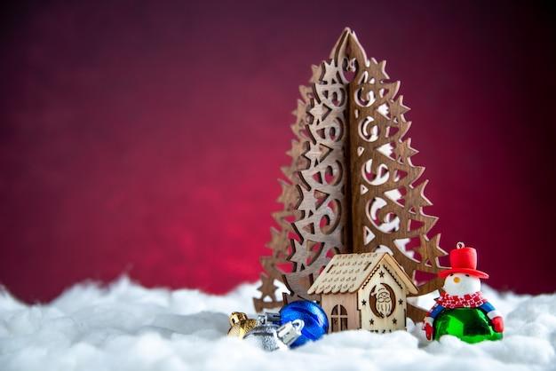 Widok z przodu drewniana choinka bałwan zabawka mały drewniany dom