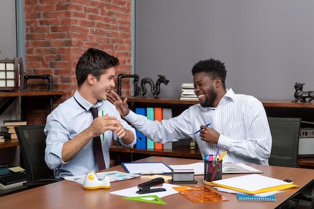Widok z przodu dwóch biznesmenów pracujących razem