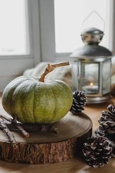 Widok z przodu dyni i szyszki sosnowe z lampą
