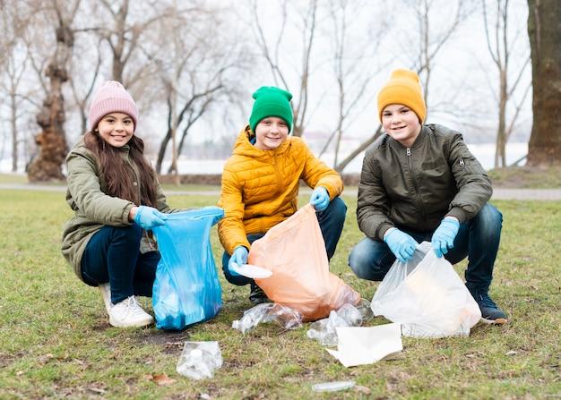 Widok z przodu dzieci czyszczących ziemię