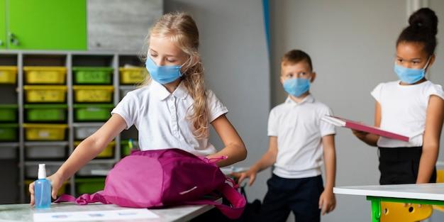 Widok z przodu dzieci przygotowujące się do opuszczenia szkoły